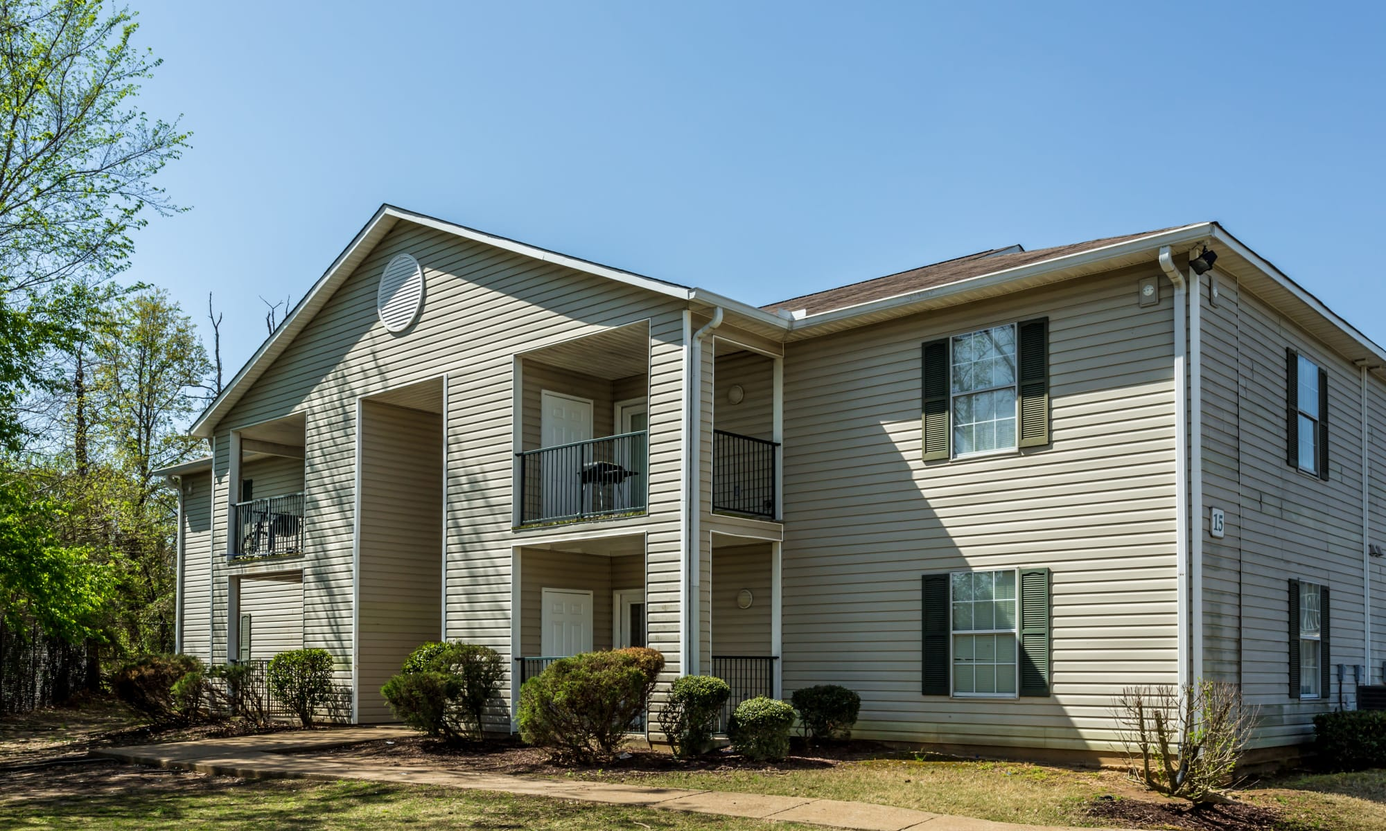 Beautifully landscaped apartments at Park Ridge Apartments in Jackson, Tennessee