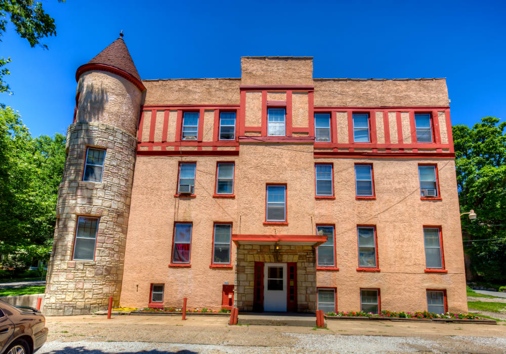 Exterior of apartments at Concord & Castle in Des Moines, Iowa