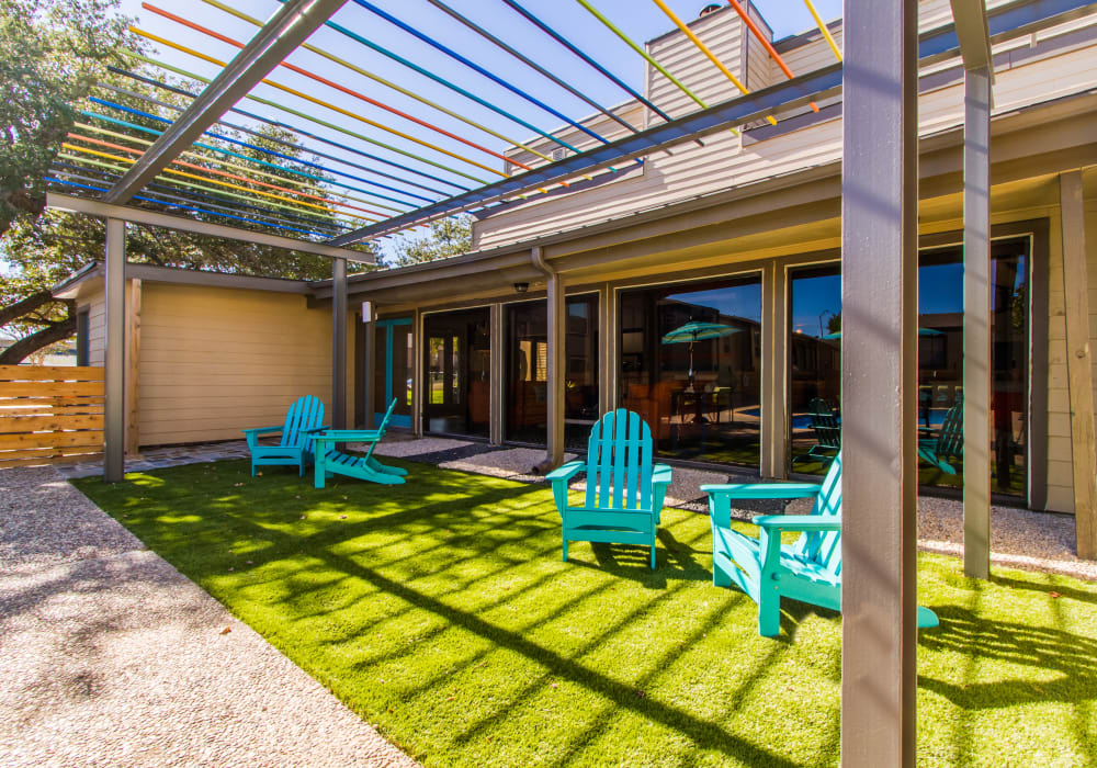 Outdoor patio seating at Sausalito Apartments in College Station, Texas