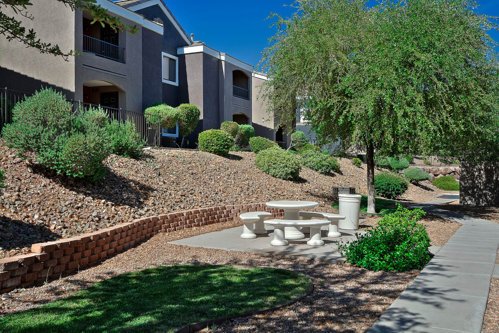 Walking paths at Cielo Apartment Homes in Henderson, Nevada