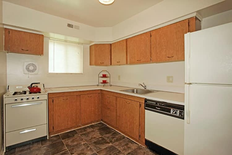 Glen Mar Apartment Homes offers a renovated kitchen in Glen Burnie, Maryland