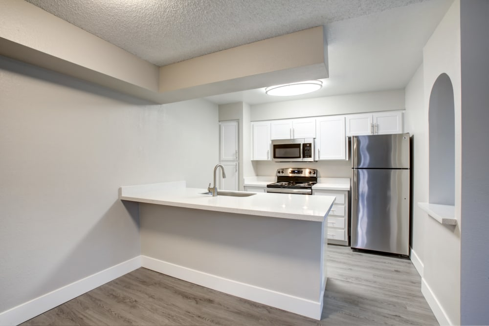 Modern kitchen at Elliot's Crossing Apartment Homes in Tempe