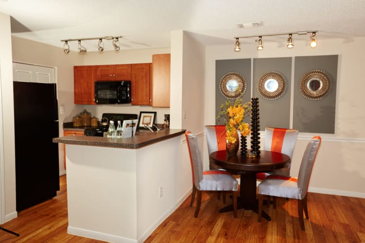 Middletown Brooke Apartment Homes showcase a well-equipped kitchen and beautiful dining area in Middletown