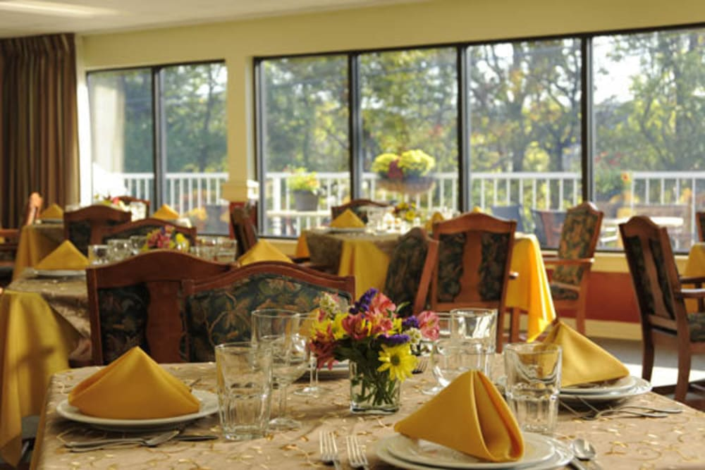 Resident dining room at Willow Creek Senior Living in Elizabethtown, Kentucky
