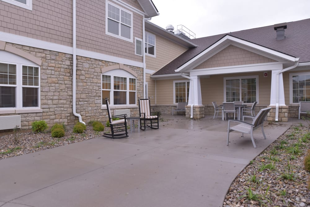Outdoor seating at Smith's Mill Health Campus in New Albany, Ohio