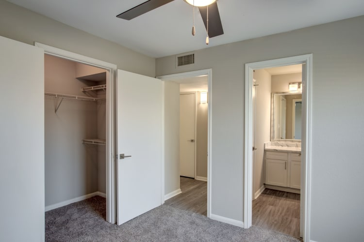 Plush carpet and en suite bathroom in renovated apartment home at Kenwood Club at the Park in Katy, Texas
