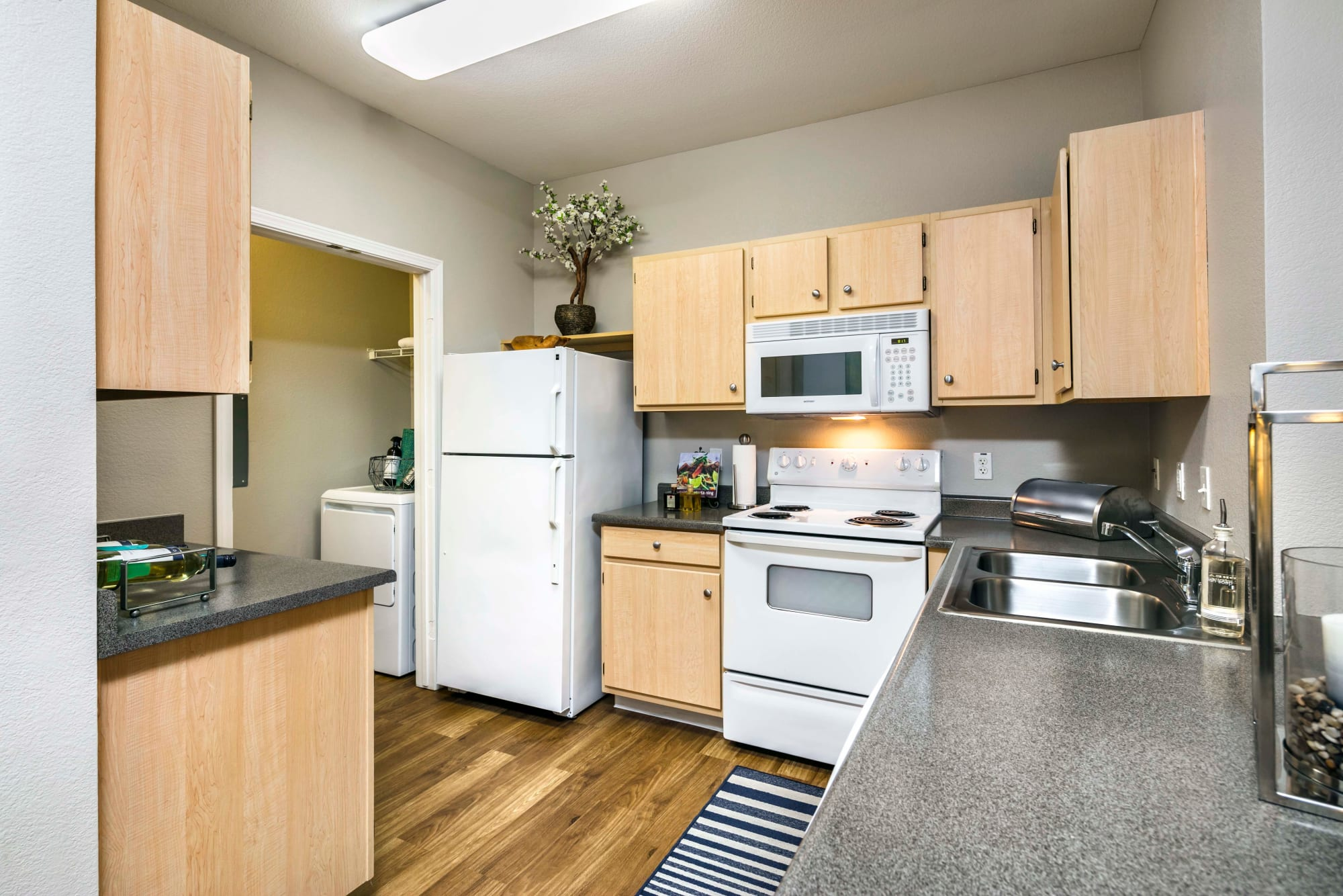 A large kitchen with all the amenities at Miramonte and Trovas in Sacramento, California