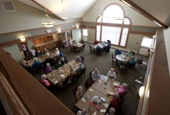 Residents in dining room at Meadowlark Senior Living in Lebanon, Oregon