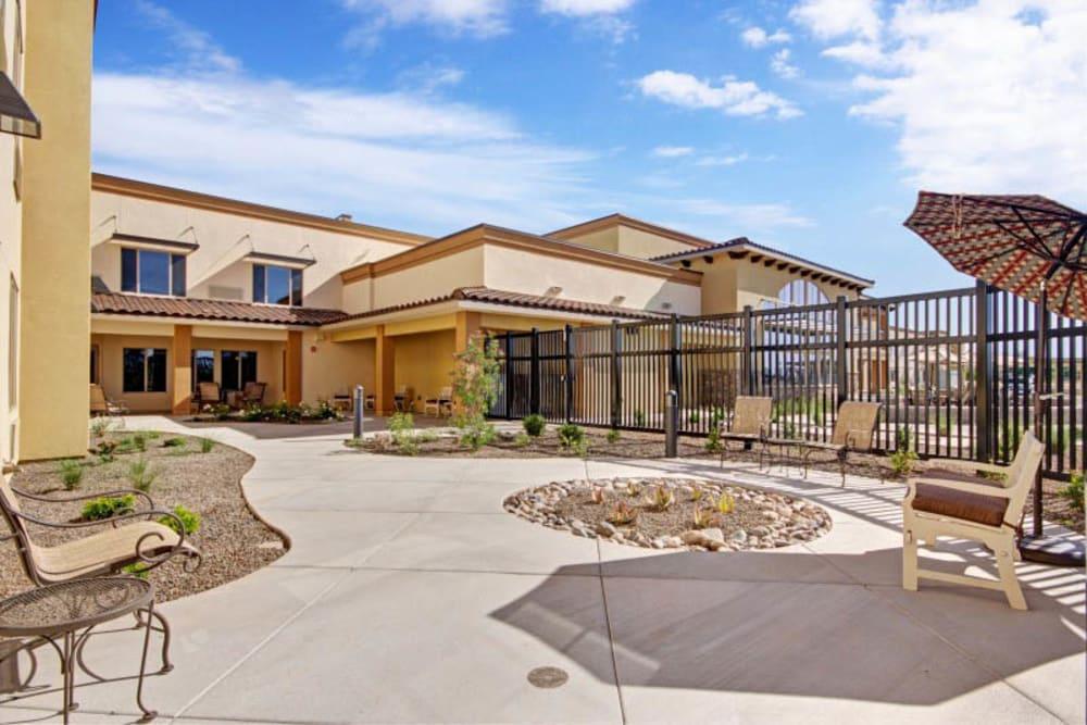 Courtyard at The Oaks, A Merrill Gardens Community in Gilbert, Arizona.