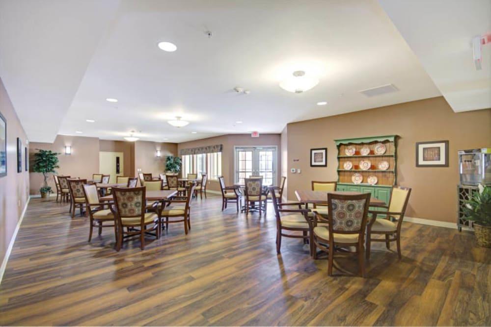 Resident dining room at The Oaks, A Merrill Gardens Community in Gilbert, Arizona.