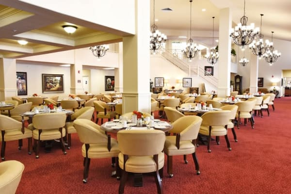 Main dining room at Edgewood Point Assisted Living in Beaverton, Oregon