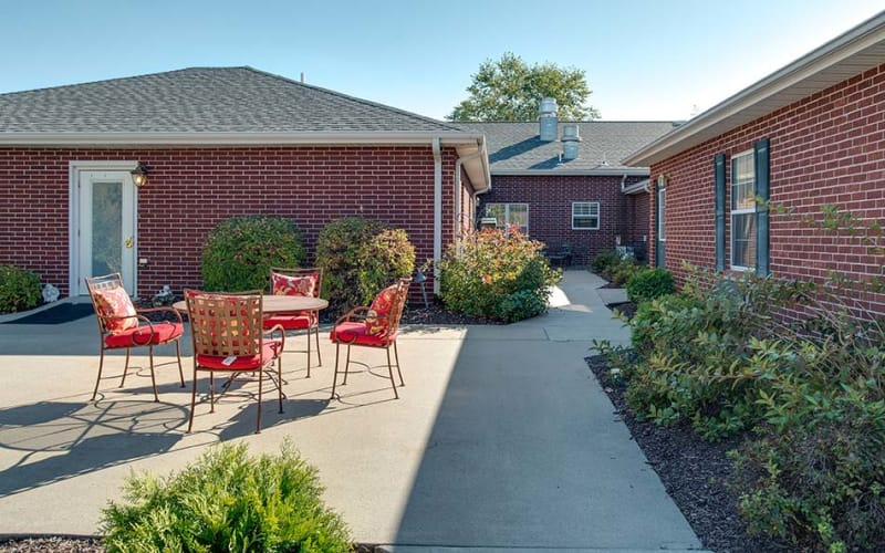 Outdoor patio with a garden at Parkwood Meadows Senior Living in Sainte Genevieve, Missouri