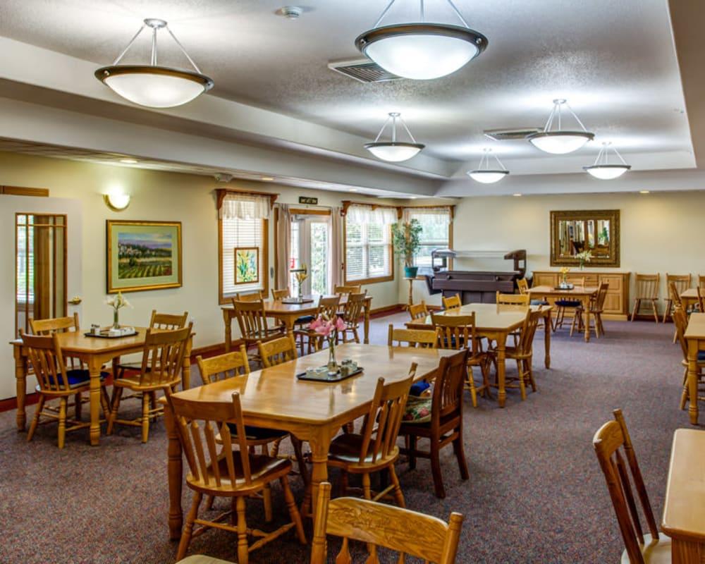 Large resident dining room at Prairie Hills Tipton in Tipton, Iowa.