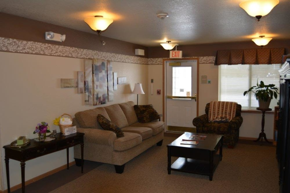 Resident lounge with wall art at Courtyard Estates at Hawthorne Crossing in Bondurant, Iowa.