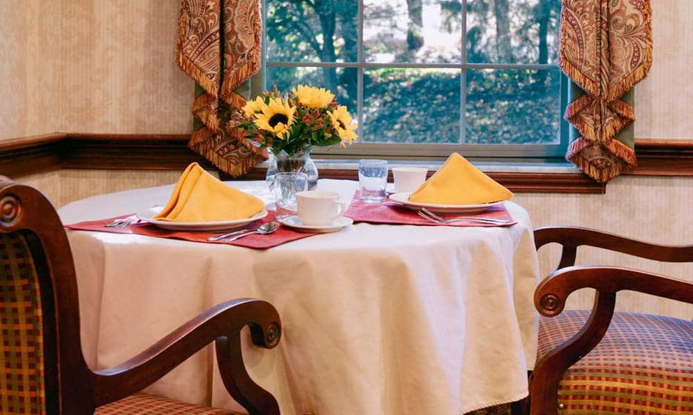Dinner table with colorful napkins at Governor's Pointe in Mentor, Ohio