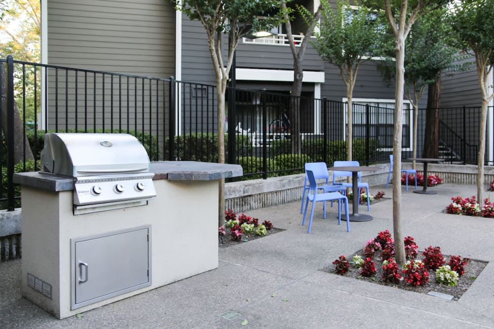Enjoy the outdoor BBQ at Slate Creek Apartments in Roseville, California
