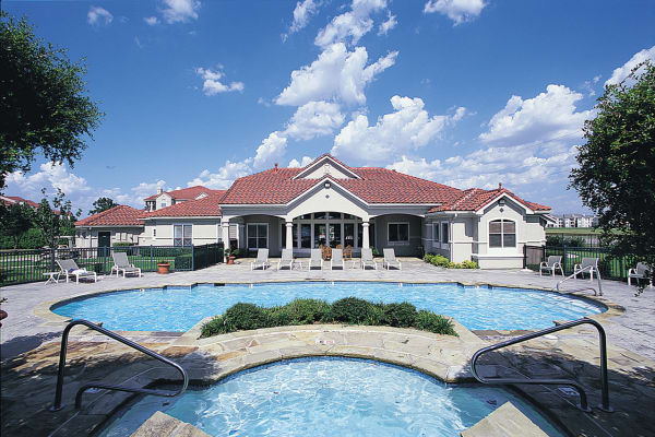 Luxury swimming pool at Crescent Cove at Lakepointe in Lewisville, Texas