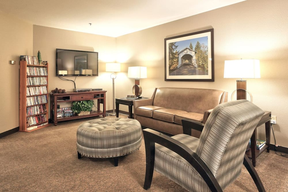 Living room at Regency Park Place at Corvallis in Corvallis, OR.