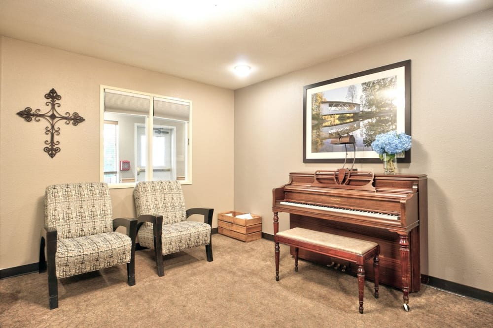 Sitting area with a piano at Regency Park Place at Corvallis in Corvallis, OR.