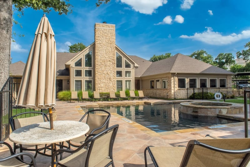 Outdoor resident seating area at The Aidan in Lewisville, Texas