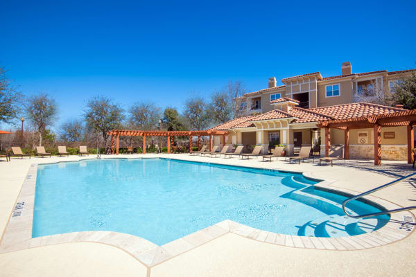 Beautiful swimming pool at Estancia at Ridgeview Ranch in Plano, Texas
