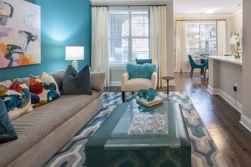 Bright living room with a large rug at Marq Perimeter in Atlanta, Georgia
