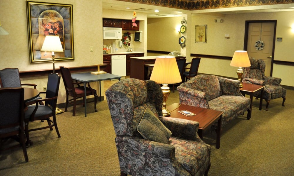 resident lounge with lots of seating at Governor's Pointe in Mentor, Ohio