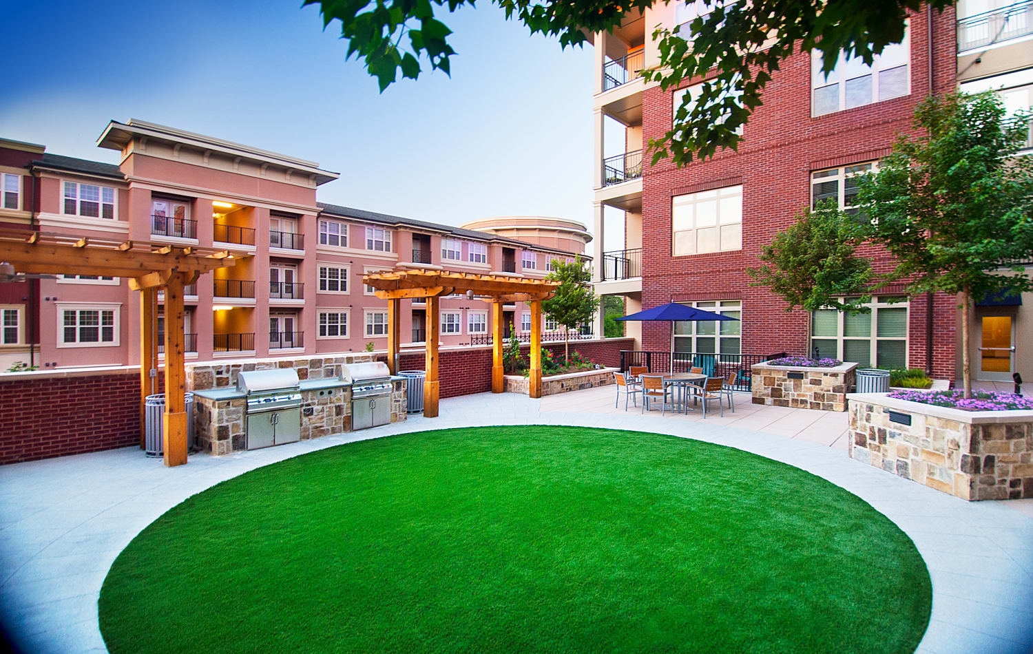 Rooftop grassy area and outdoor BBQ grills at Emory Point