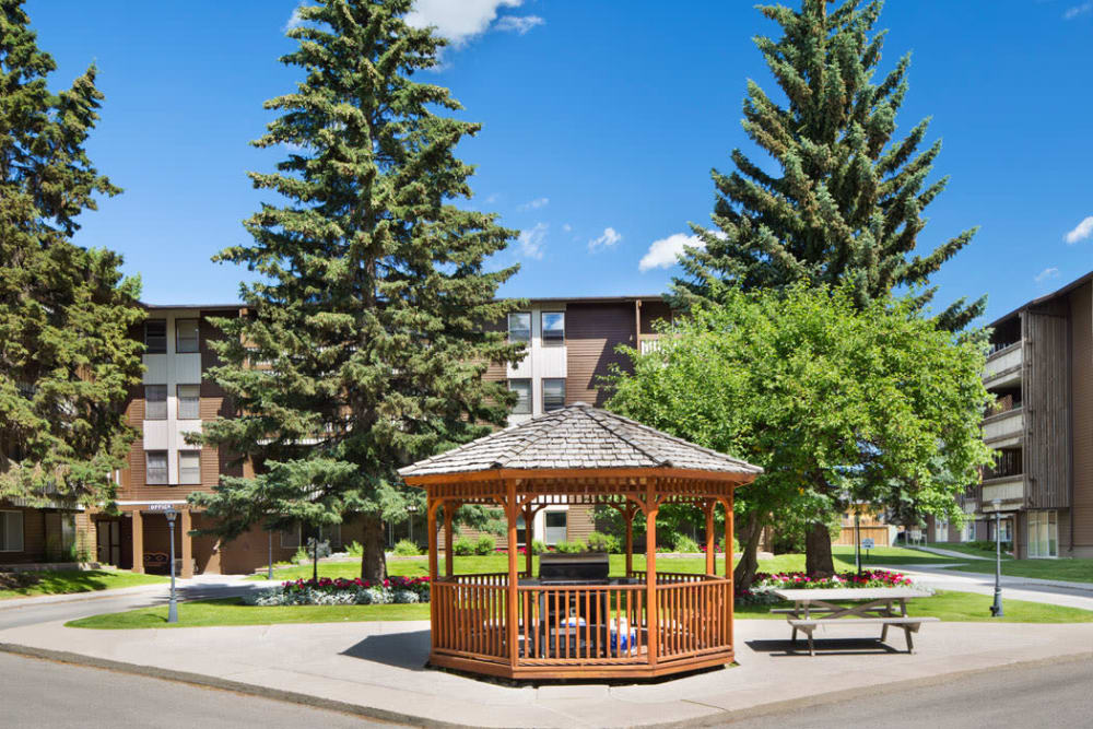 Exterior gazebo and picnic table at Lakeview Mews in Calgary, AB