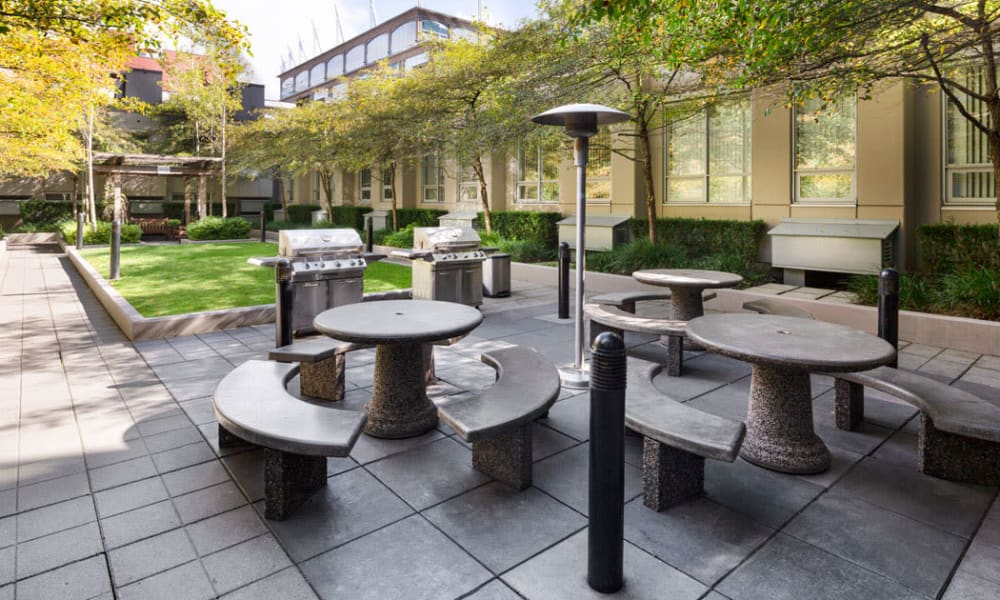Outdoor seating in the courtyard at Yaletown 939