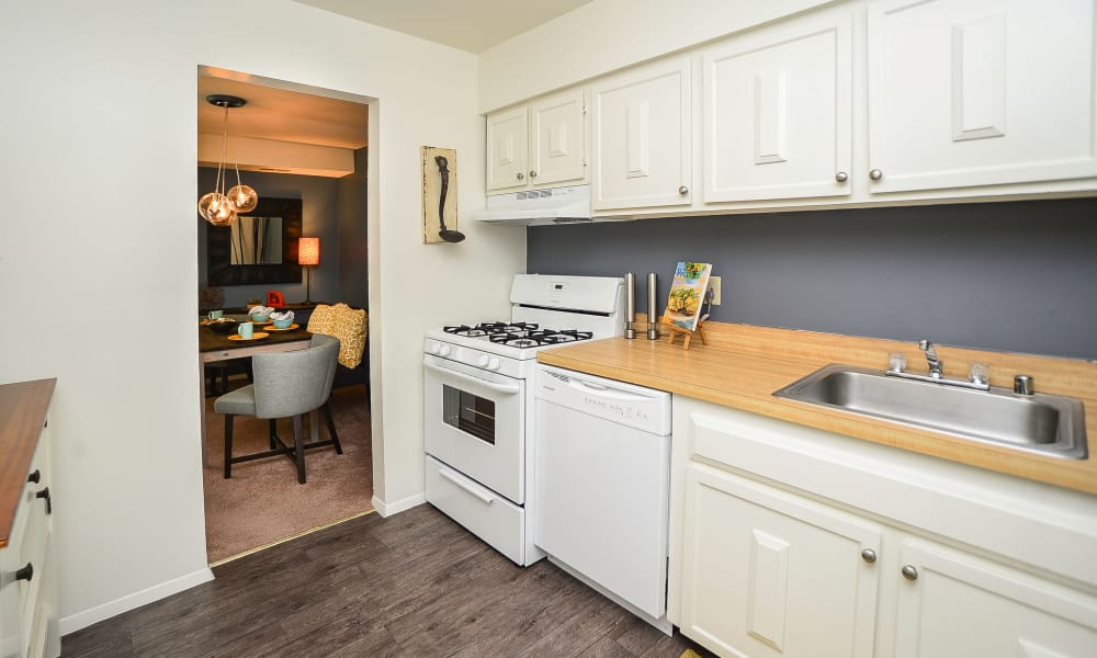 Kitchen at Columbia Pointe Apartment Homes