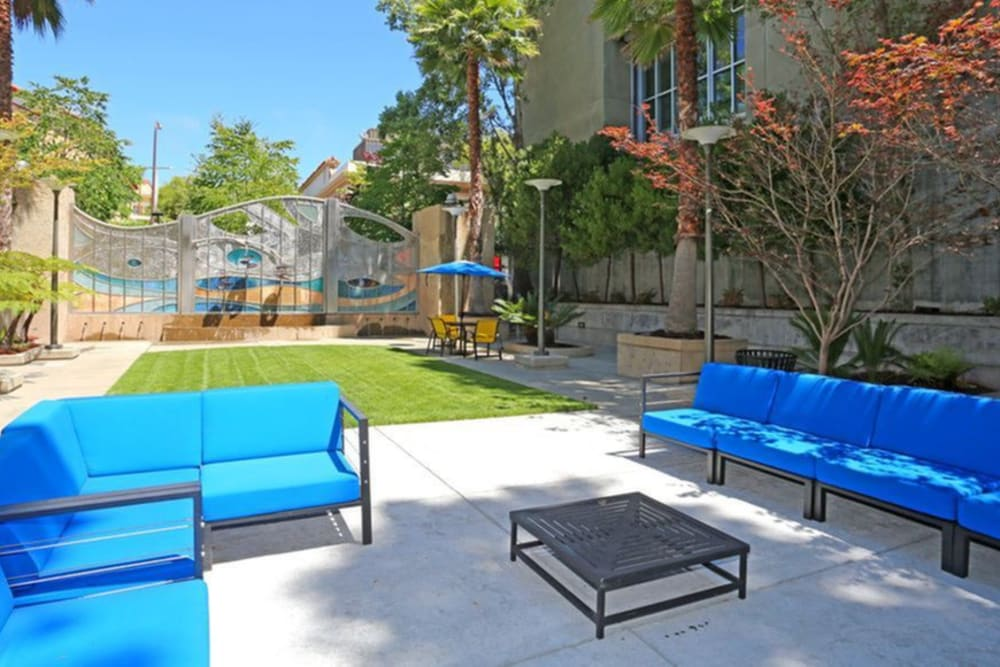 Outdoor courtyard seating at K Street Flats Apartment Homes in Berkeley, California