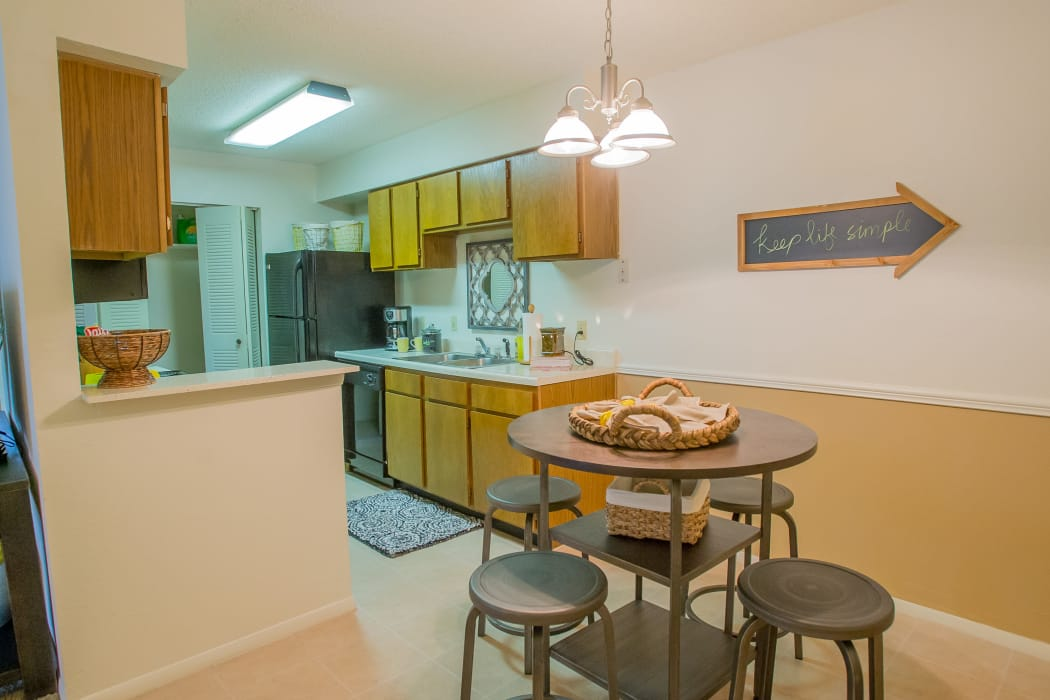 Dining area at Cedar Glade Apartments in Tulsa, Oklahoma