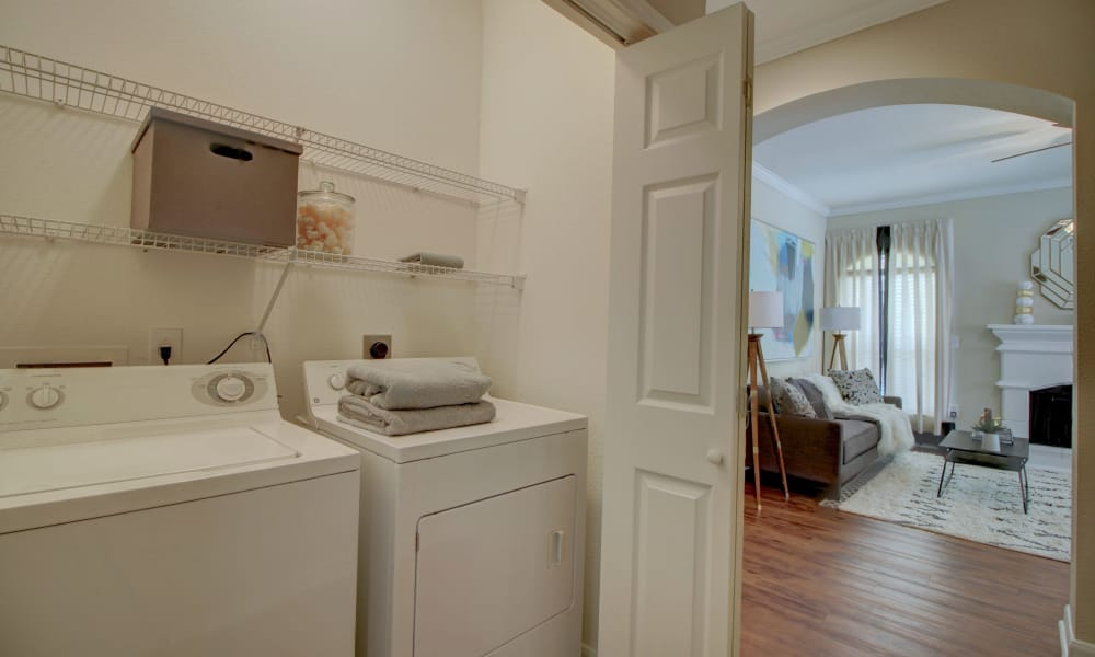 Modern apartments with a washer/dryer in The Woodlands, Texas
