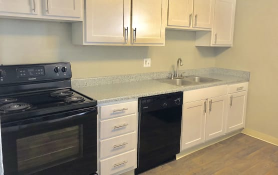 Eagle Crest Apartments in Lakewood, Colorado has a kitchen