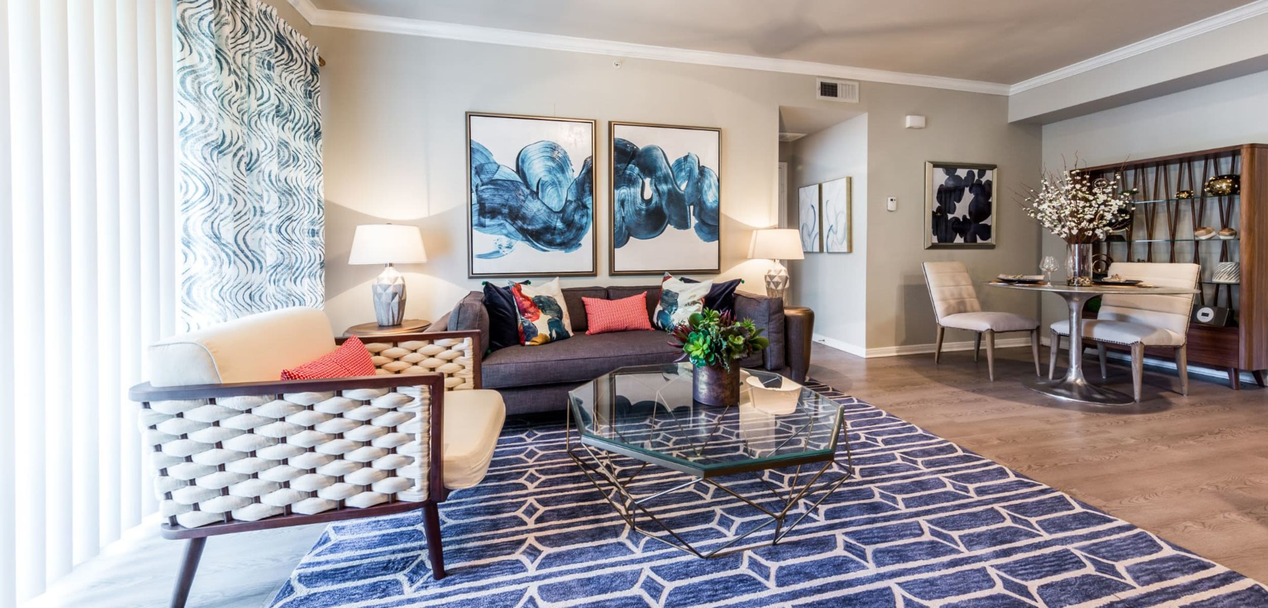 Living area with a large rug at Brooks on Preston in Plano, Texas