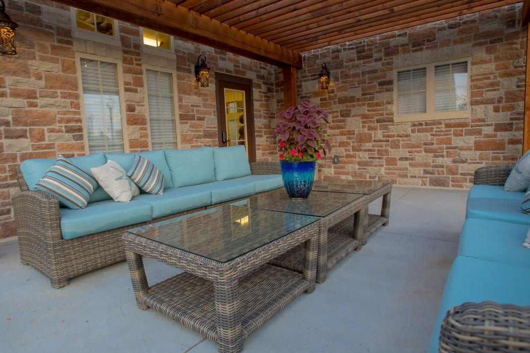 Exterior lounge at Cascata Apartments in Tulsa, Oklahoma