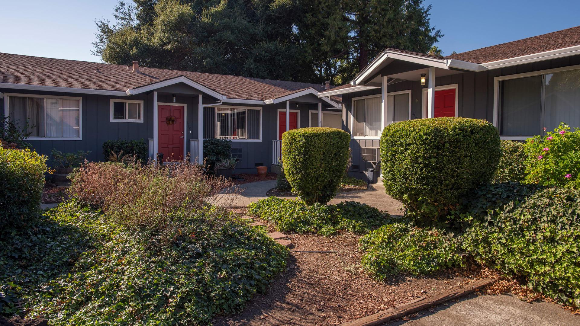 Wonderful landscaping at Spring Lake Apartment Homes in Santa Rosa, California