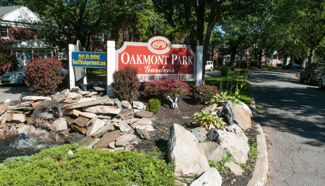 Monument sign at Oakmont Park Apartments in Scranton, Pennsylvania