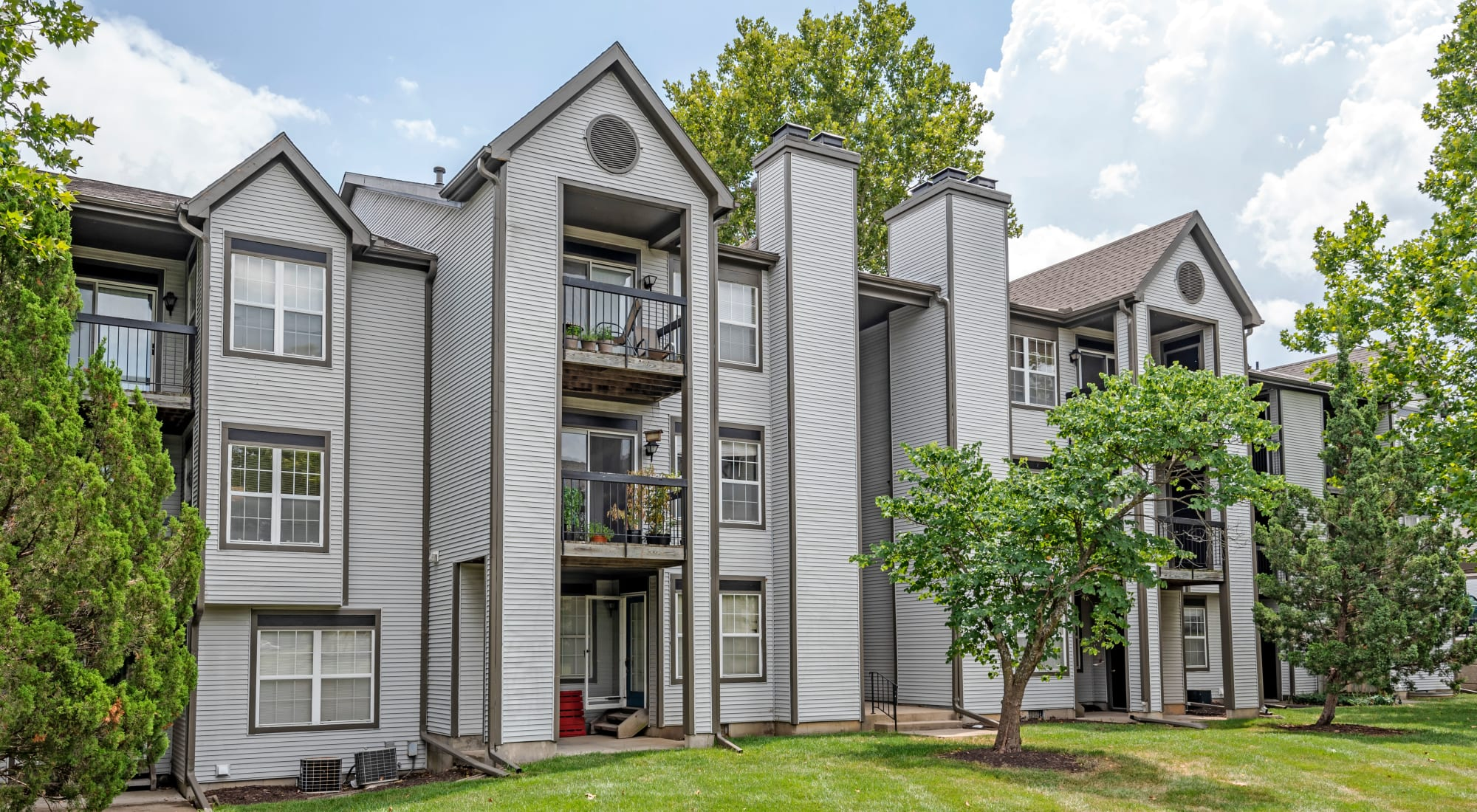 Apply to live at Coach House Apartments in Kansas City, Missouri