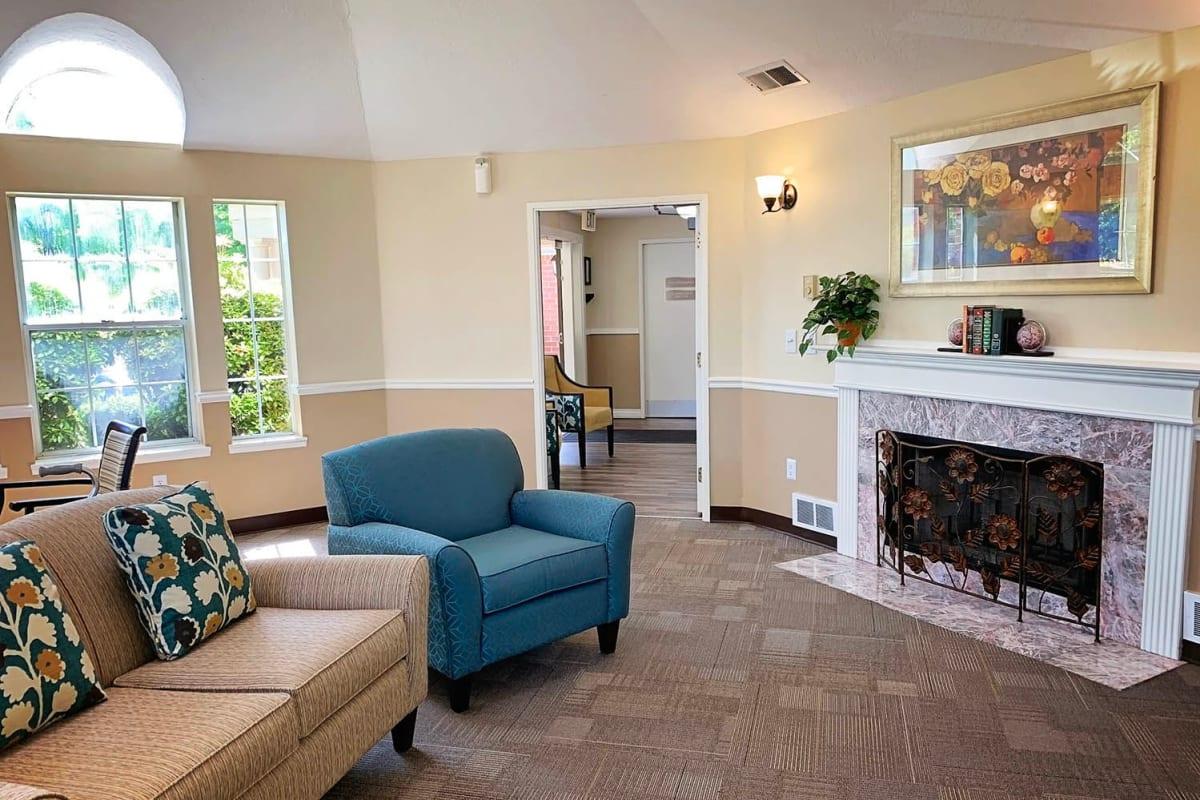 A fireside lounge at Farmington Square Salem in Salem, Oregon