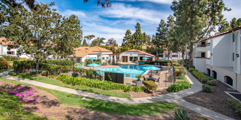Apartments with great walking paths and outdoor pool in San Diego, California