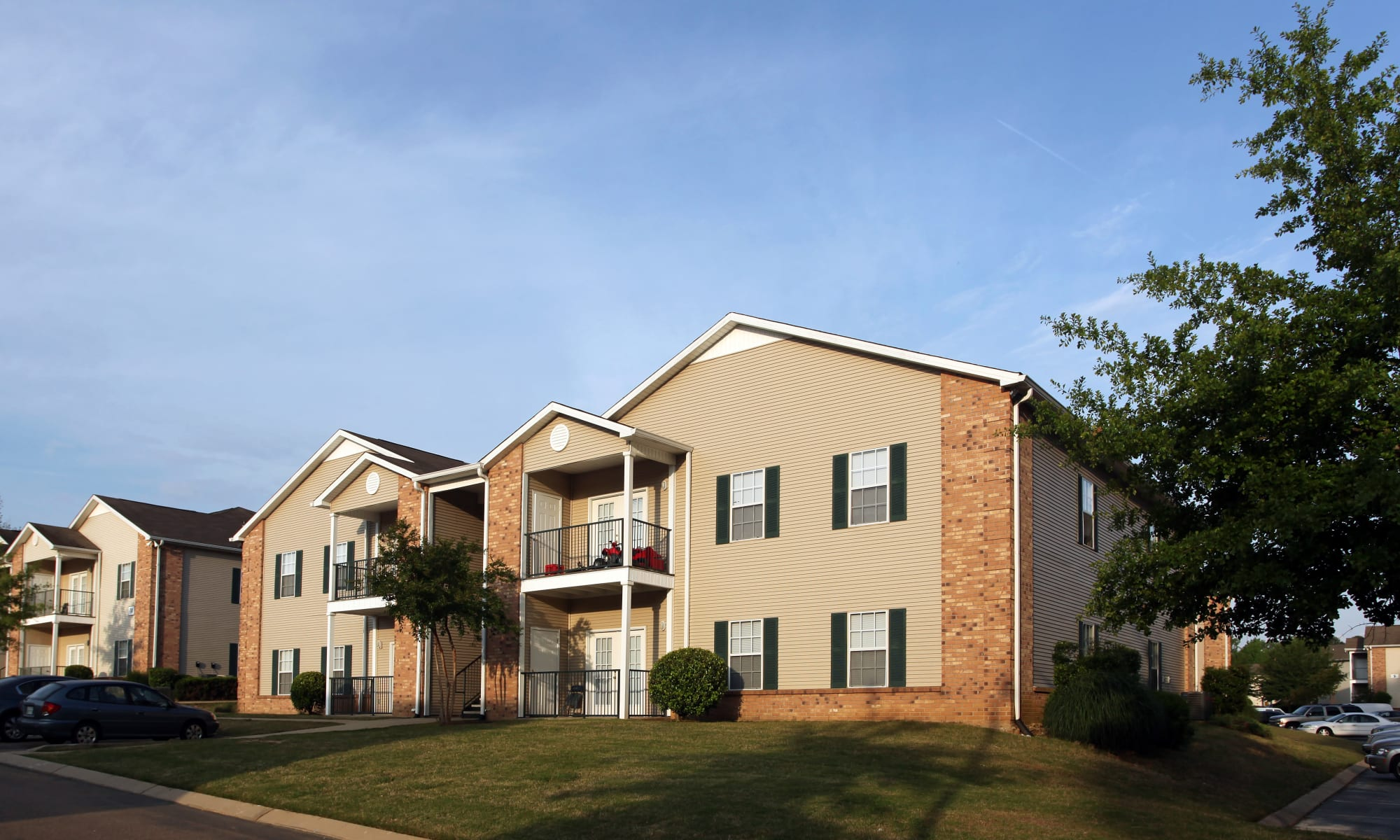 Beautifully landscaped apartments at Highland Park Apartments in Jackson, Mississippi