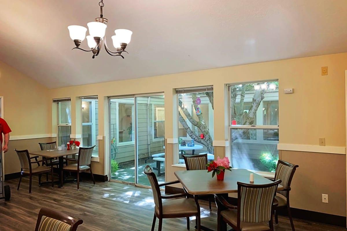 The community dining room at Farmington Square Salem in Salem, Oregon