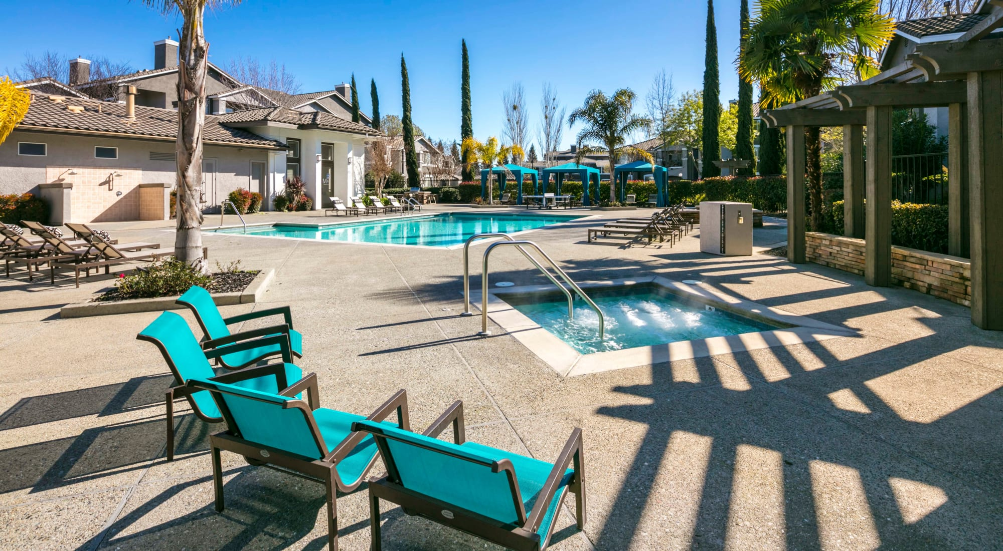 Miramonte and Trovas features a relaxing pool and hot tub, in Sacramento, California
