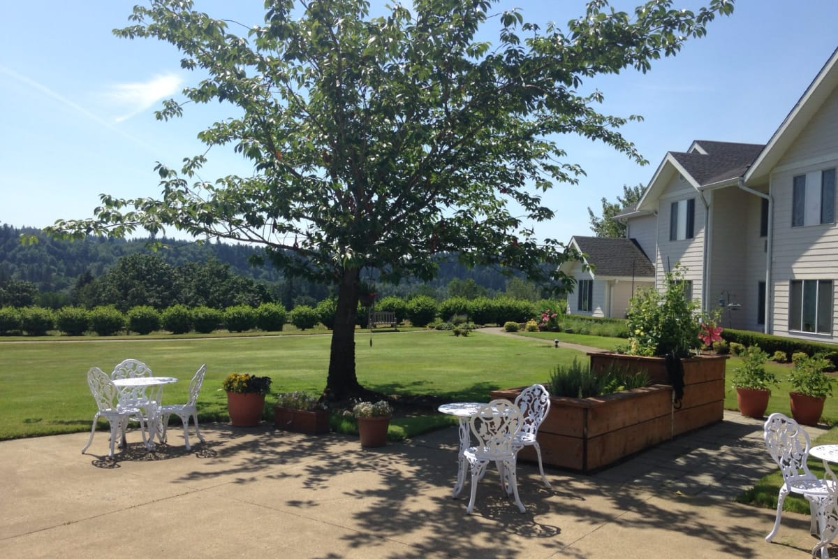 The patio at Somerset Assisted Living in Gladstone, Oregon