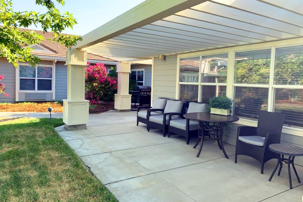 The patio area at Lassen House Senior Living in Red Bluff, California