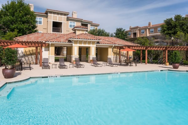 Clubhouse and outdoor pool at Estancia at Ridgeview Ranch in Plano, Texas