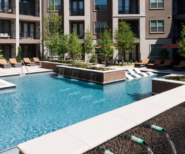 Pool with fountains at Berkshire Amber in Dallas, Texas