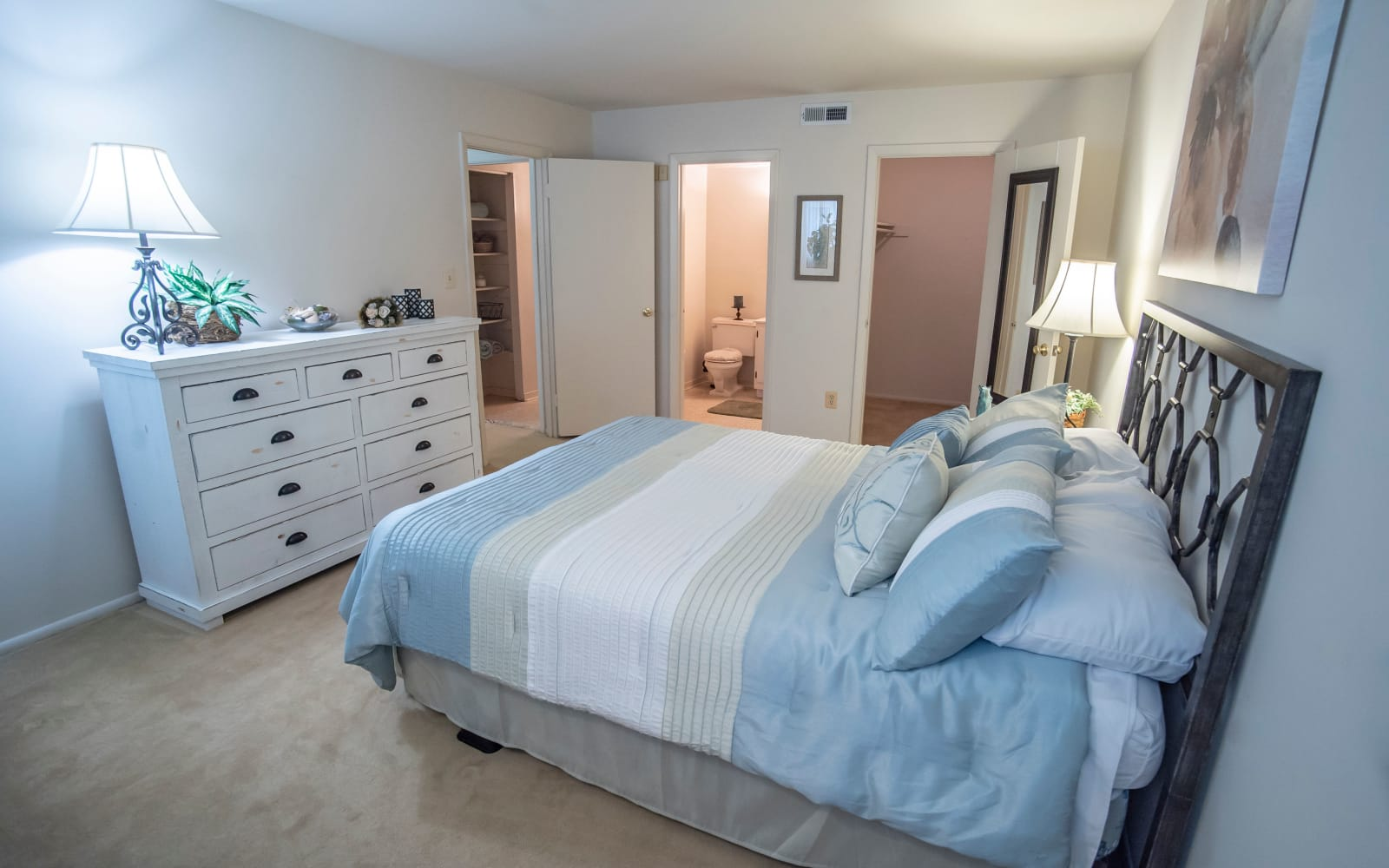 Single bedroom with a walk-in closet and bathroom at Hunt Club Apartments in Cockeysville, Maryland